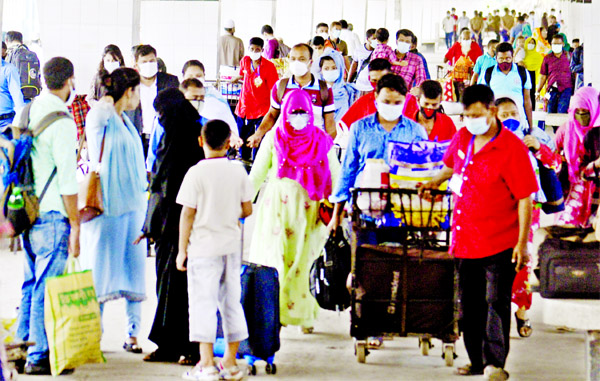 Holiday makers start returning to capital after passing a few days with near and dear ones in their village homes for celebrating Eid-ul-Azha festival. This photo was taken from Kamalapur Railway Station on Wednesday.