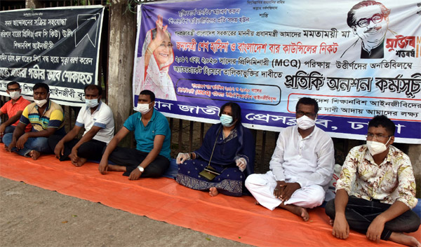 Bangladesh Apprentice Lawyers stage a token hunger strike in front of the Jatiya Press Club on Thursday with a call to enlist successful candidates of the Preliminary (MCQ) examinations in 2017and 2020 as advocates.
