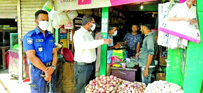 Executive Magistrate Md Mahbubur Rahman conducts a mobile court at a market in Biyoynagar Upazila in Brahmanbaria on Thursday.