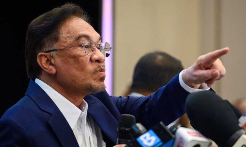 Malaysia's Anwar gets backing to form govt, PM unshaken