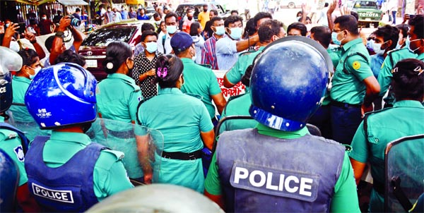 Police thwart Progotishil Chhatra Jote's march towards Education Ministry at the Secretariat in the capital on Thursday.
