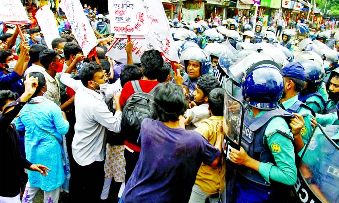 Police intercept Samajtantrik Chhatra Front's procession with 6-point demand towards Prime Minister's Office at Shahbagh in the capital on Wednesday.