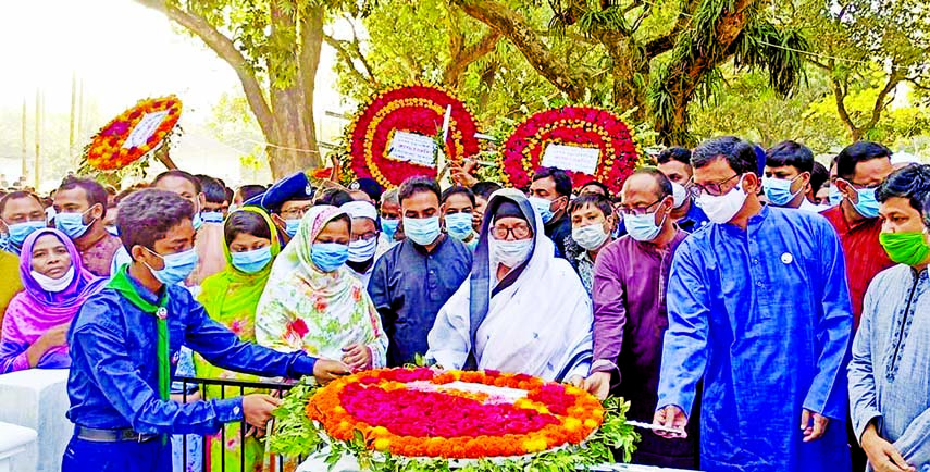 State Minister for Shipping Khalid Mahmud Chowdhury pays floral tributes at the memorial of former State Minister and AL President of Dinajpur, Abdur Rouf Chowdhury at Dhantala of Bochaganj Upazila in Dinajpur on Wednesday marking his 13th death anniversary.
