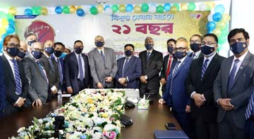 Syed Waseque Md. Ali, Managing Director of First Security Islami Bank Limited, inaugurating its 21st Anniversary through cutting cake at its head office in the city on Sunday. Abdul Aziz, Md. Mustafa Khair, AMDs, Md. Zahurul Haque, Md. Masudur Rahman Shah, DMDs, divisional heads and senior officials of the bank were also present.