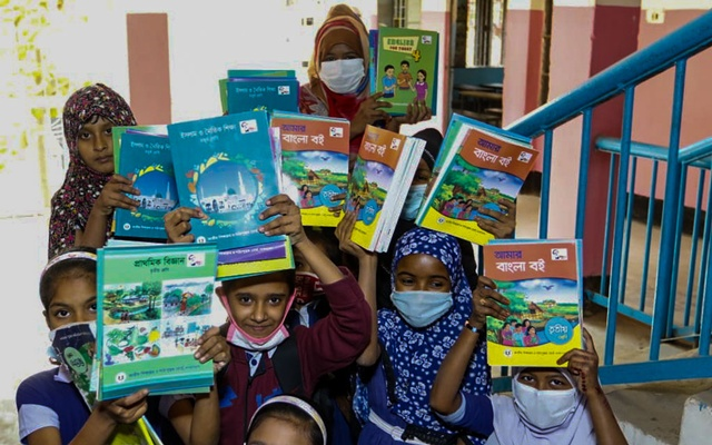 Primary students get new textbooks on the first day of 2021
