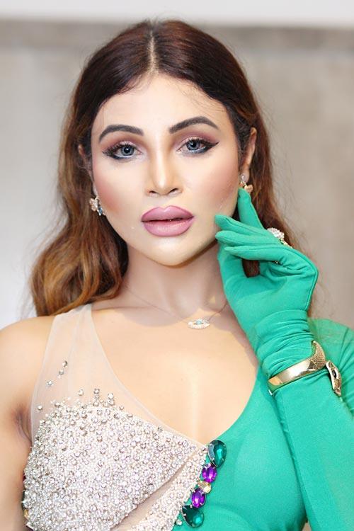 Ashweenee Aher wins Most Popular Model Award at FMBAF Awards