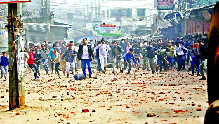 Local people are seen pelting brickbats to police and Dhaka North City Corporation (DNCC) staff during a clash over the DNCC eviction drive to free up the sidewalks in the capital's Mirpur-11 on Thursday morning.