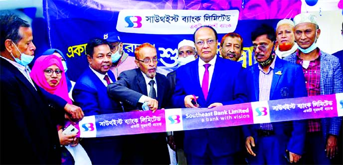 M Kamal Hossain, Managing Director of Southeast Bank Limited, inaugurating the bank's Academy Road Uposhakha at Afzal Plaza of Academy Road in Feni on Thursday. Kamal Uddin Majumdar, Chairman of Parshuram Upazila and Mohammed Kamrul Ahsan, Executive Vice President & Regional Head of Feni of the bank, among others, were present.