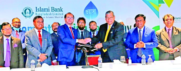 Mohammed Monirul Moula, Managing Director and CEO of Islami Bank Bangladesh Limited (IBBL) and Engineer Taqsem A Khan, Managing Director of Dhaka WASA, exchanging an agreement signing document at Hotel InterContinentalDhaka on Wednesday. Under the deal, clients of DWASA will be facilitated to pay the water and sewerage bills through branches, sub-branches and internet banking of IBBL. Muhammad Qaisar Ali, Md. Omar Faruk Khan, AMDs, Taher Ahmed Chowdhury, Md. Mosharraf Hossain, DMDs, Mohammad Jamal Uddin Mazumder, Md. Altaf Hossain, SEVPs, Md. Mizanur Rahman Bhuiyan, EVP of the bank and Muhammad Ibrahim, Additional Secretary (Water Supply Wing), Local Govt. Division and Engineer Uttam Kumar Roy, Commercial Manager of DWASA along with top executives and officials of both organizations were present.