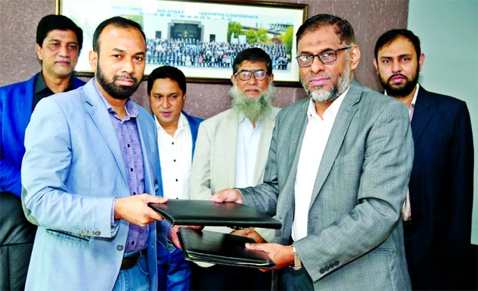 Ahamad Hossain, General Manager of BASIC Bank Limited and Mohammad Nurul Afsar, Deputy Managing Director of Electro Mart Limited (EML), exchanging a MoU signing document at EML head office in the city recently. Under the deal, Credit Card holders of the bank will get EMI facilities to buy electronics, electrical and home appliances from EML own sales centers. Top executives from both sides were also present.