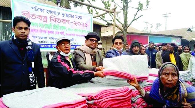 Bhurungamari Upazila (Kurigram) Chairman Nurunnabi Chowdhury distributes blankets among the cold-hit people in the upazila at a ceremony on Wednesday.