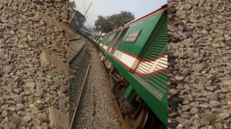 Sirajganj Express halted for 'losing keys'