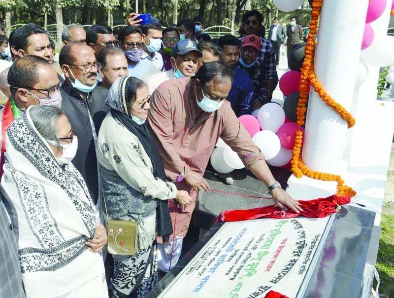 Rangpur   City   Corporation Mayor   Mostafizur   Rahman   Mostafa pays tributes to the martyrs of the historic language movement by placing wreaths at the Central Shaheed Minar in Rangpur Town on Sunday.