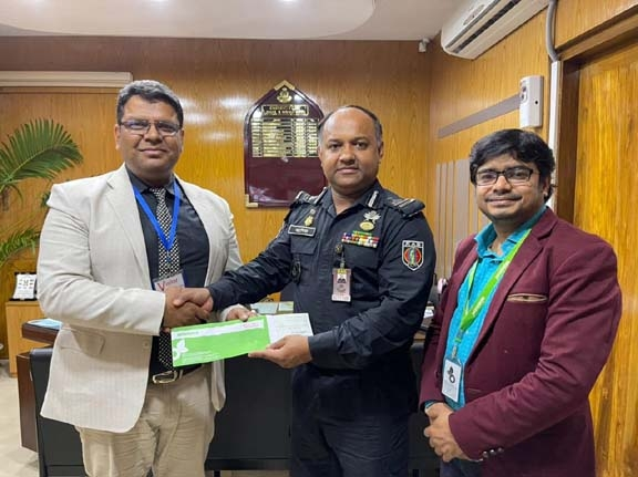 Golam Shahriar Kabir, Executive Director of Minister Group, handing over a sponsorship cheque for the film 'Operation Sundarbans' produced by RAB Welfare Co-operative Society Limited to Colonel Ashiq Billah, Director of RAB Legal and Media Wing at RAB Headquarters on Monday. KMG Kibria, Head of Brand and Communication of Minister Group was also present.