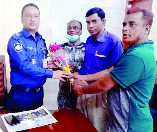 A farewell reception was accorded to the outgoing officer-in-charge of Mahadevpur Police Station Nazrul Islam Jewel on Sunday at the initiative of Naogaon's Mahadevpur Press Club.