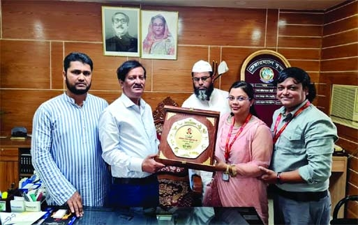 Newly elected Feni Zilla Parishad Chairman Khairul Basher Tapon receives a crest from Zohra Akhtar Nusrat, Executive Editor of  71 News.com at his office on Sunday. Feni Press Club General Secretary MM Yousuf Ali and Senior Vice-President Shehab Uddin Ahmed Liton were also present
