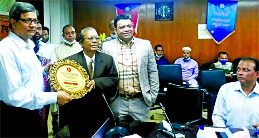 Kaus Miah, owner of Hakimpuri Jarda, receiving top taxpayer award from the NBR Chairman Abu Hena Md Rahmatul Muneem for his contribution to the national revenue sector at a ceremony at the conference room of the government exchequer in the city on Friday.