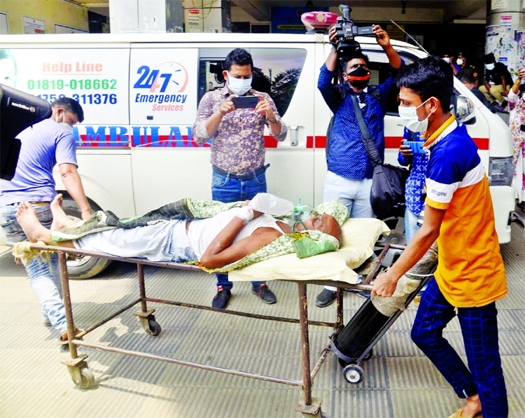 A patient is being taken to the Covid Unit of Dhaka Medical College and Hospital with oxygen support yesterday amid the increasing number of Covid-19 patients recently.