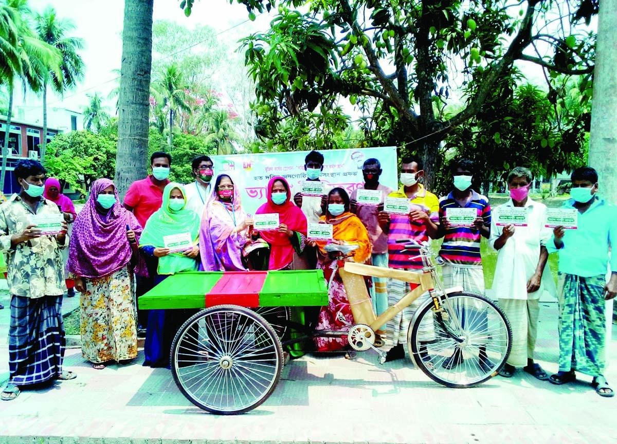 27 labourers get rickshaw vans in Rajshahi