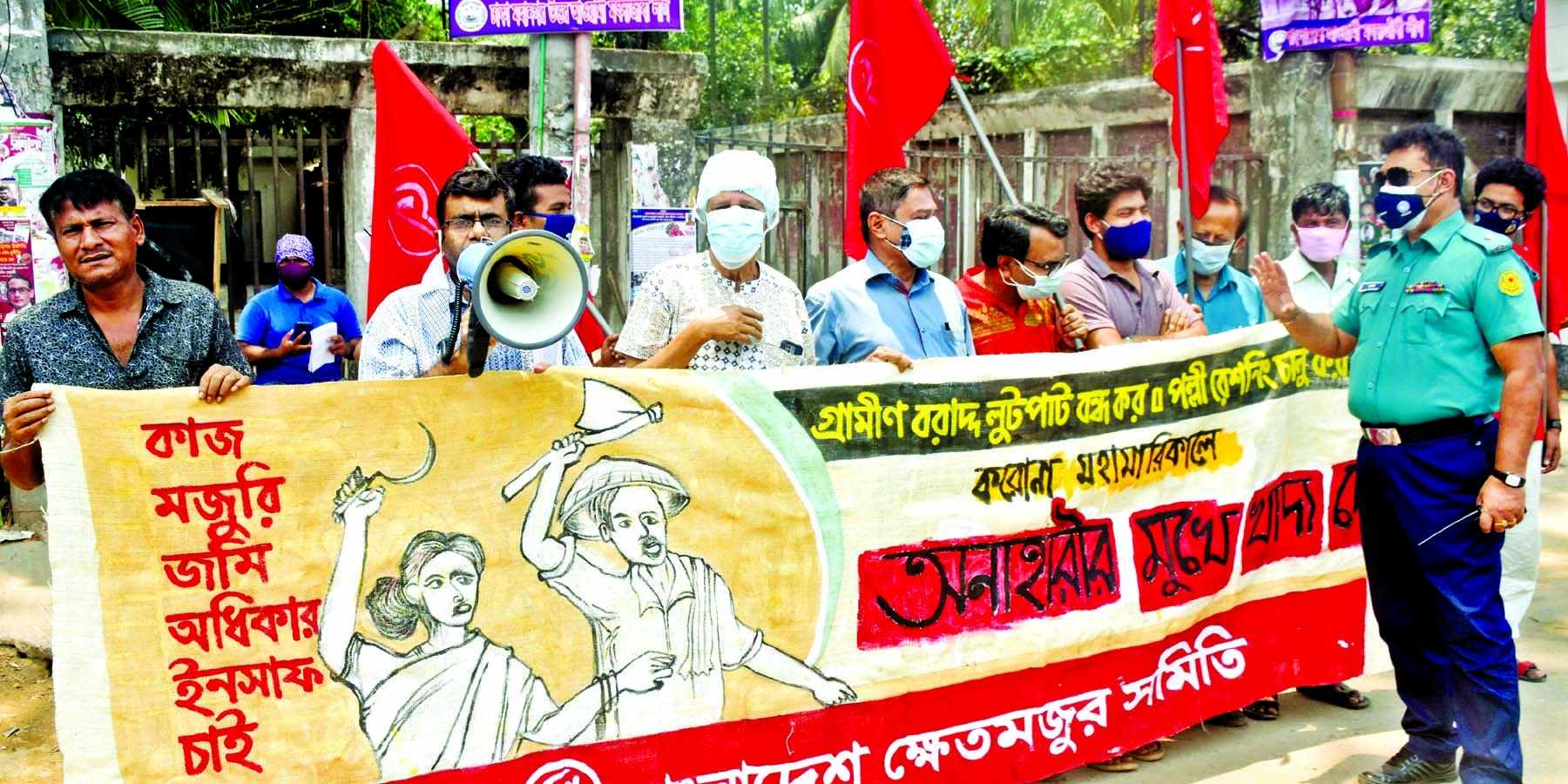 'Bangladesh Khetmajur Samity' forms a human chain in front of the Jatiya Press Club on Wednesday with a call to introduce village rationing system.