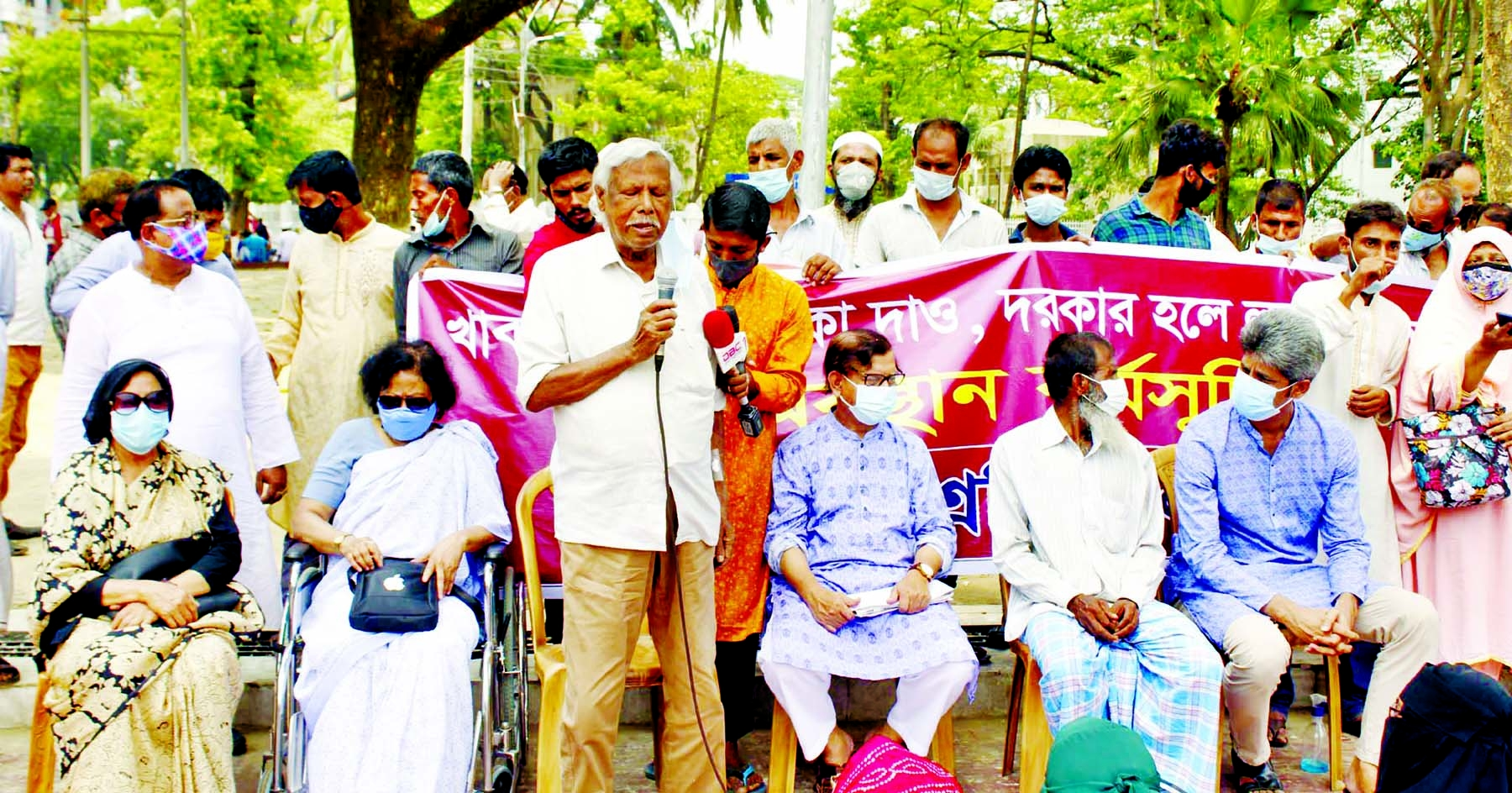 Trustee of Ganoswasthya Kendra Dr Zafrullah Chowdhury speaks at a sit-in organised by Rickshaw Sramik Dal at the Central Shaheed Minar in the city on Wednesday.