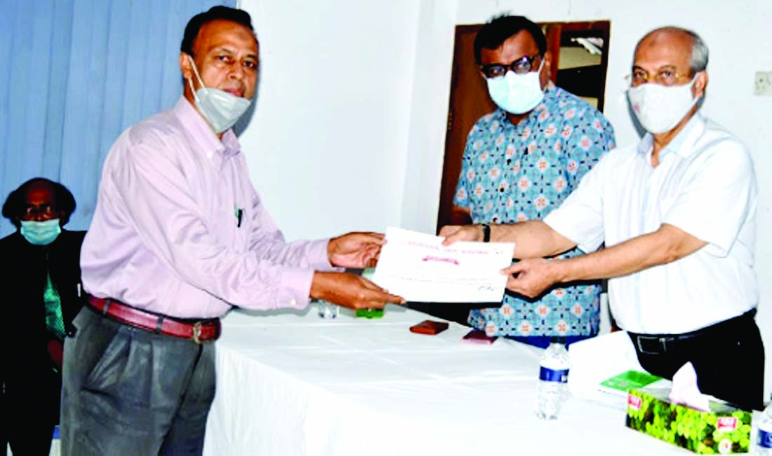 Noted Journalist  SM  Jamaluddin receiving certificate of workshop on Press Council Act and code of conduct' from the Editor of Daily observer Iqbal Sobhan Chowdhury recently.