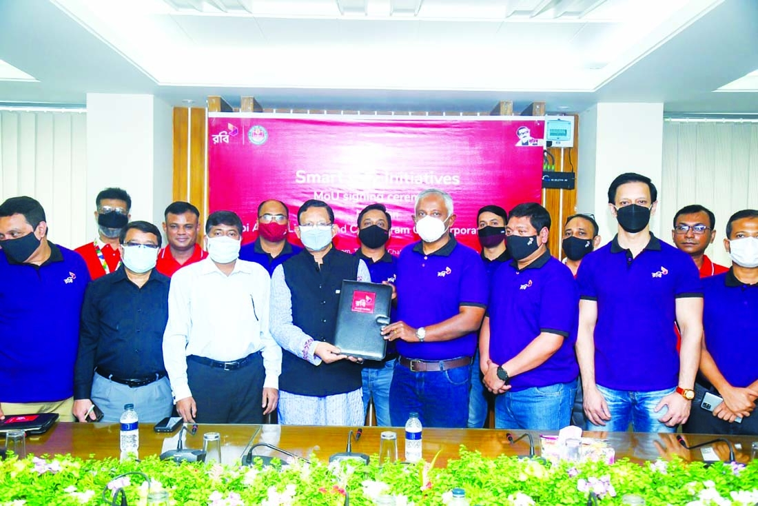 Chattogram City Corporation (CCC) Mayor Rezaul Karim and Mahtab Uddin Ahmed, Managing Director and CEO of Robi, exchanging a MoU signing document to work together to build a smart city  at Nagar Bhaban in the port city on Tuesday. Senior executives from both sides were present.