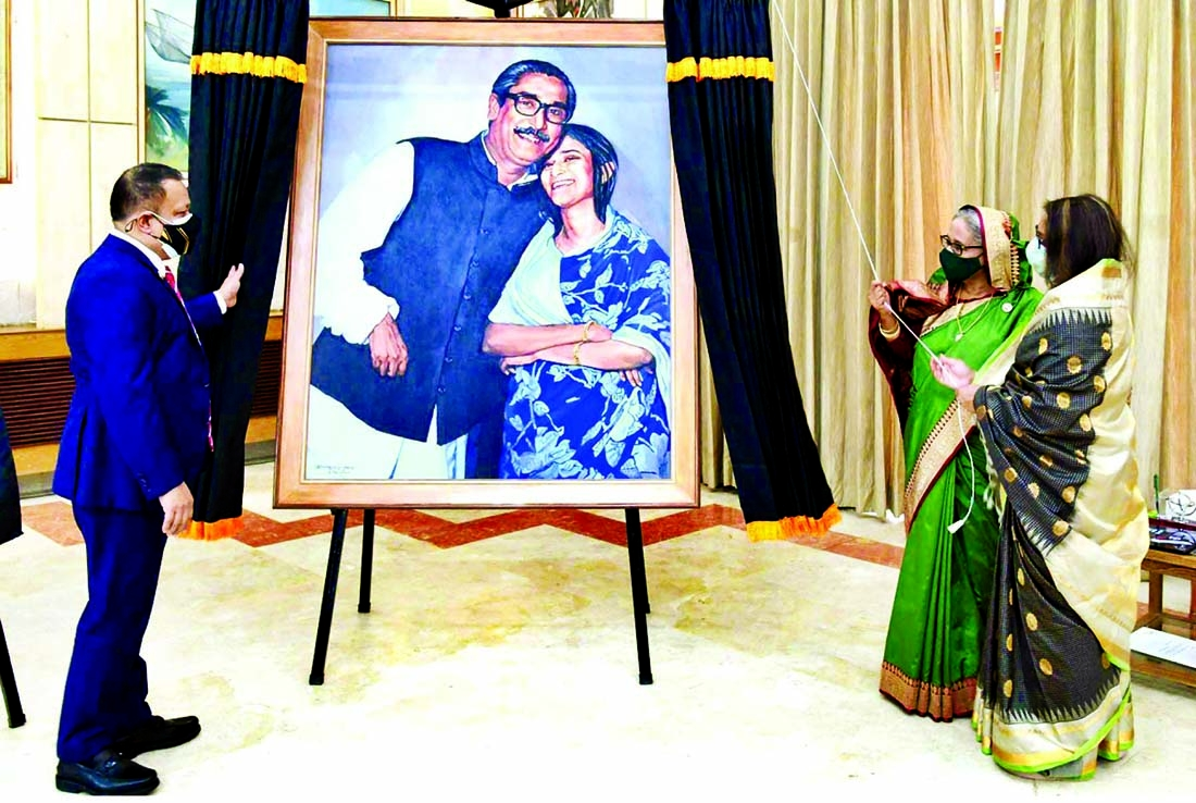 Director General of SSF Major General Majibur Rahman presents an artwork to Prime Minister Sheikh Hasina at Ganobhaban on Tuesday marking the 35th founding anniversary of SSF. Prime Minister's daughter Saima Wazed Hossain was present on the occasion.