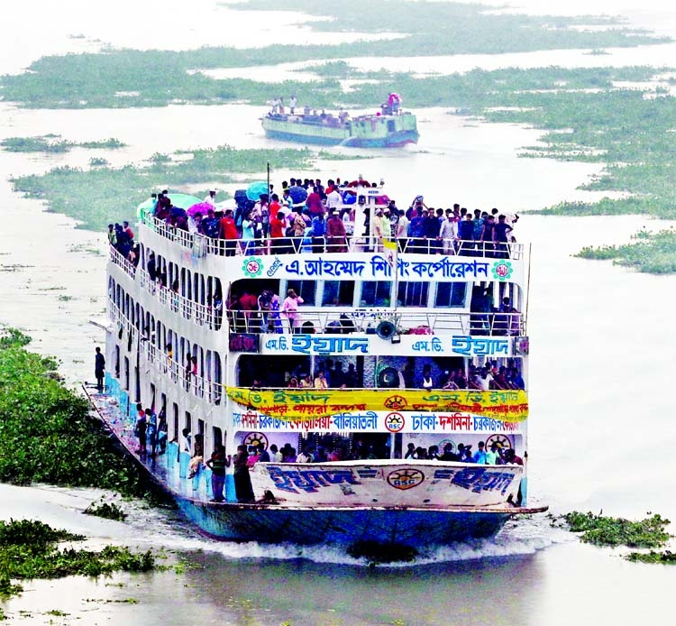 A launch carrying passengers way beyond of its capacity leaves the Sadarghat Launch Terminal in the capital yesterday despite heavy monitoring and the risk of accidents.