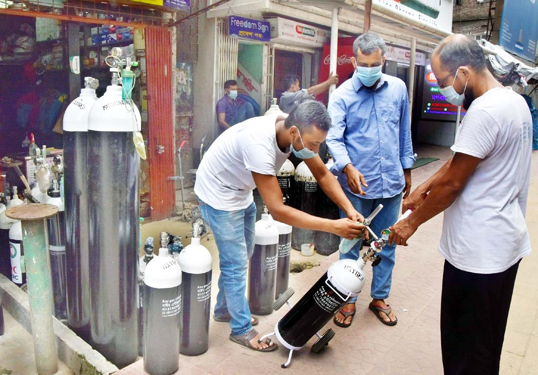 Commoners are seen to buy oxygen cylinder with their own cost with a view to getting rid of corona pandemic. The snap was taken from the city's Moghbazar area on Monday.
