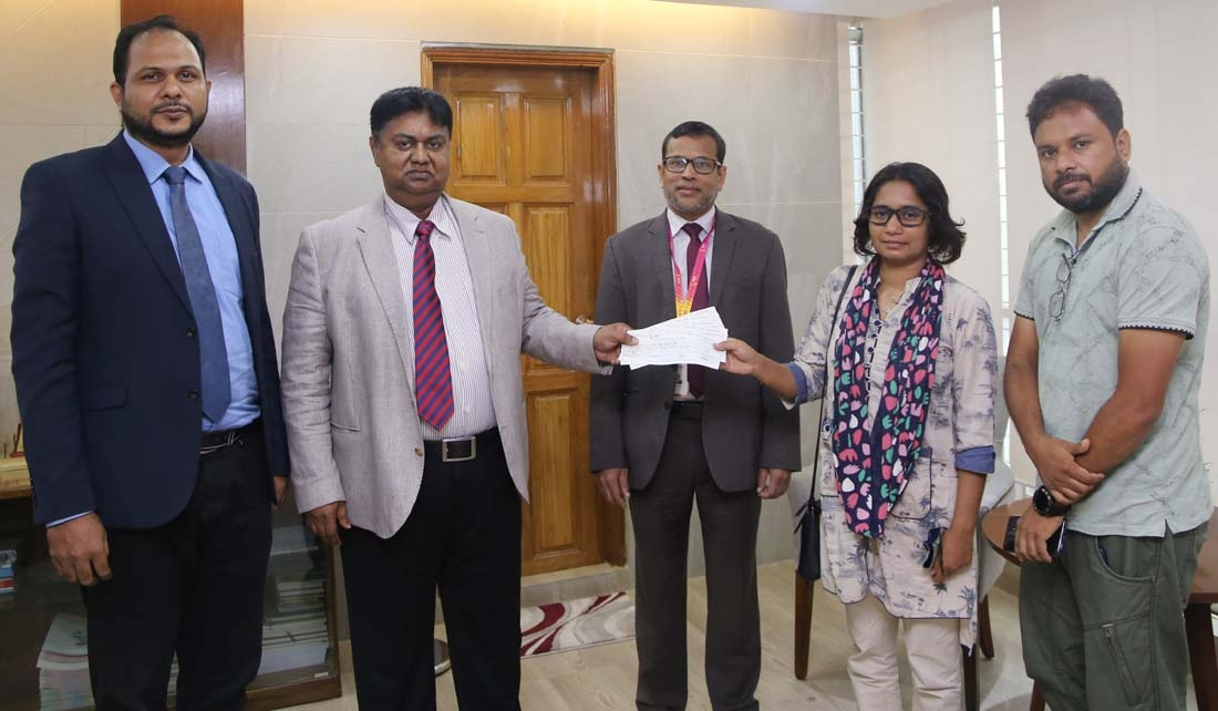 Mosleh Uddin Ahmed, Managing Director and CEO of South Bangla Agriculture and Commerce Bank Limited, handing over 6 cheques to Asma Aktar Liza, founder of MehmanKhana to provide food to hungry people at the bank's head office in the capital recently under CSR program. Md Mokaddes Ali, SVP & Company Secretary and other senior officials of the bank were present.
