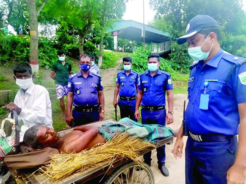 An unidentified old man was taken to the Bhangura Upazila Health Complex of Pabna for treatment by Bhangurathana police led by its OC M Faisal Bin Ahsan. The photo was taken from Boralbridge rail station platform on Monday.