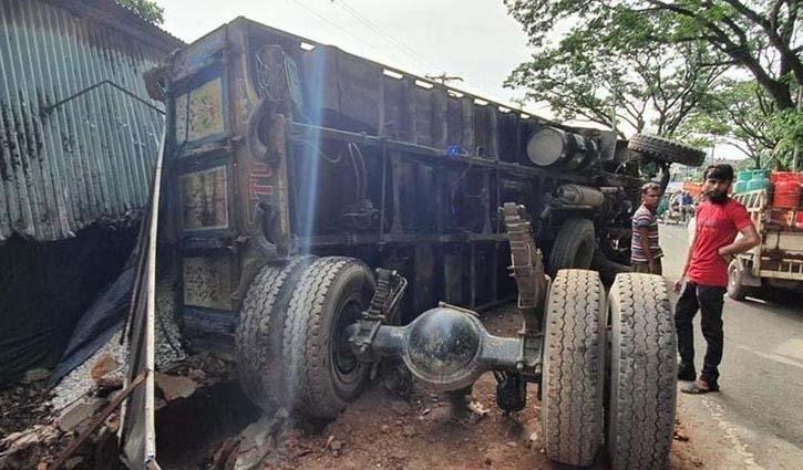 Three killed as truck hits rickshaw on Cumilla highway
