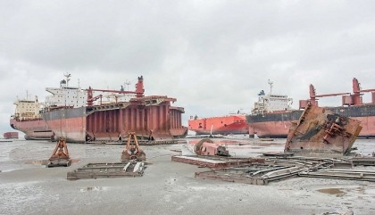 Trader dies as gas cylinder fell on him at Sitakundu shipyard