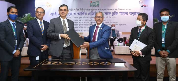 Selim R F Hussain, Managing Director and CEO of BRAC Bank Limited and Dr. Md. Mafizur Rahman, Managing Director of SME Foundation, exchanging document after signing an agreement at a function held in the capital recently. Under the deal, SME Foundation will provide Tk200 crore to the participating banks and non-bank financial institutions (NBFIs). Out of the total fund, BRAC Bank alone will avail Tk 50 crore which will be disbursed to the entrepreneurs at a subsidized rate of 4%. Top officials from both sides were present.