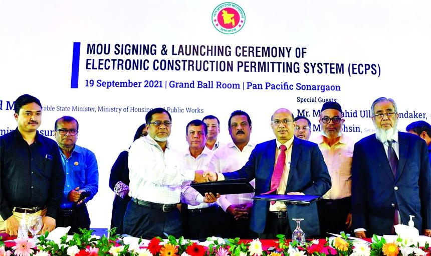 A B M Amin Ullah Nuri, Chairman of Rajdhani Unnayan Kartripakkha (RAJUK) and Engineer Md.  Sahadat Hossain Shiblu, General Secretary of IEB, exchanging document after signing a MoU on