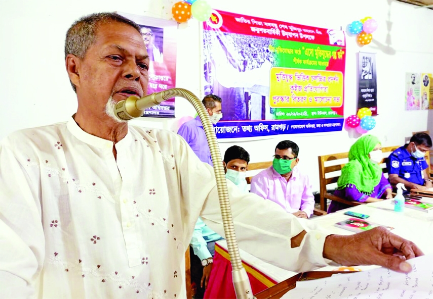 Former Upazila Commander Bir Muktijoddha Mofizur Rahman presents his war time memories at a program titled 'Let's listen to the story of the Liberation War' organized by the Information Office of Ramgarh on Monday.