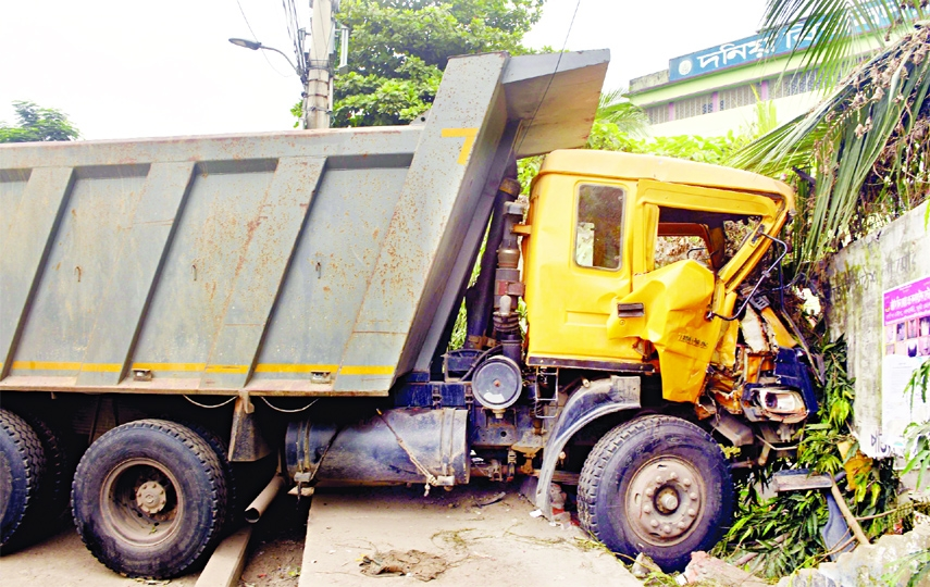 A garbage truck of Dhaka City Corporation gets smashed against a wall of Donia College for being driven recklessly. This photo was taken on Monday.