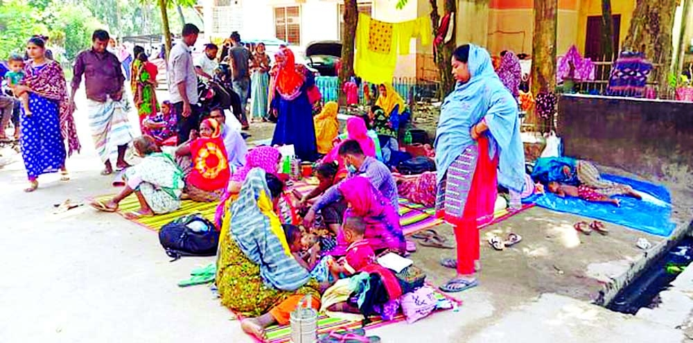 A number of children admitted to Thakurgaon Adhunik Hospital for cold-related diseases compelled to stay along with their parents outside of the hospital due to lack of beds. This photo  was taken on Wednesday.