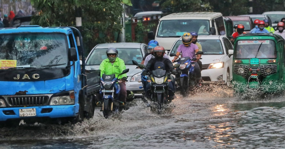 Dhaka dwellers suffer in gridlocked roads after sudden shower